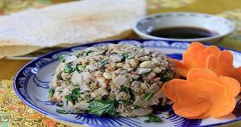ăn cơm hến tại Huế